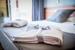 在床上的浴巾在一间豪华旅馆屋子 库存图片