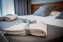 在床上的浴巾在一间豪华旅馆屋子 免版税图库摄影