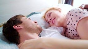 在床上的特写镜头爱的夫妇面对面早晨 股票录像