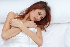 在床上的病的妇女 库存照片