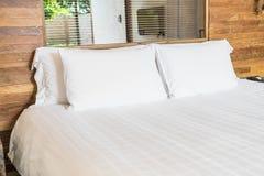 在床上的白色枕头 免版税库存图片