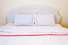 在床上的白色枕头 库存图片