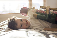 在床上的秀丽孩子拿着一个胡桃钳 库存图片