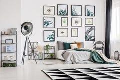 在床上的绿色毯子 免版税库存照片