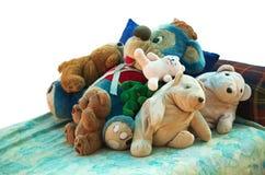 在床上的老填充动物玩偶 图库摄影