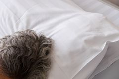在床上的老妇人睡眠在医院 免版税库存图片