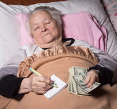 在床上的老妇人 免版税库存照片