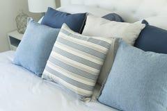 在床上的蓝色枕头 库存照片