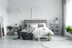在床上的许多枕头 图库摄影