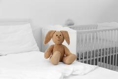 在床上的逗人喜爱的兔宝宝 库存照片