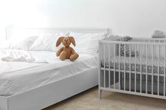 在床上的逗人喜爱的兔宝宝 免版税库存照片