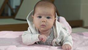 在床上的逗人喜爱的婴孩 股票视频