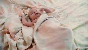 在床上的逗人喜爱的新出生的婴孩 影视素材