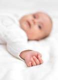 在床上的逗人喜爱的矮小的婴孩 图库摄影