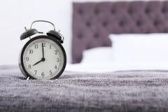 在床上的闹钟 图库摄影
