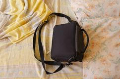 在床上的黑袋子 免版税库存照片
