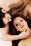 在床上的轻松的年轻夫妇 免版税库存照片