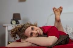 在床上的年轻梦中情人 免版税库存照片