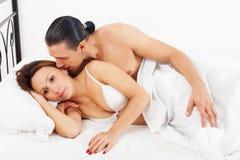 在床上醒夫妇 免版税库存照片