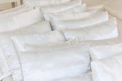 在床关闭的白色枕头 免版税库存图片