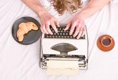 在床单的老打字机 使用葡萄酒打字机设备的男性手类型故事或报告 t ? 库存图片
