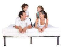 在床垫的家庭 免版税库存照片
