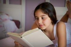 在床屋子里的小女孩 免版税库存图片