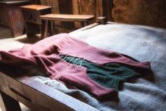 在床放置的18世纪妇女布料礼服 库存照片