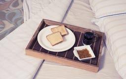 在床的早餐 图库摄影