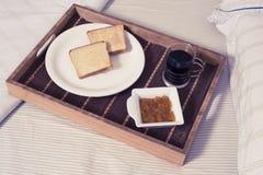 在床的早餐 库存图片