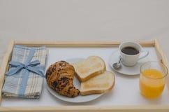 在床的早餐 免版税图库摄影