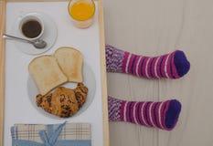 在床的早餐 库存照片