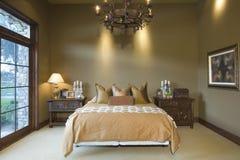 在床的枝形吊灯在家 免版税库存照片