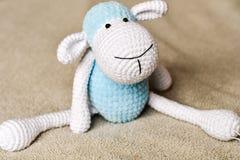 在床的绵羊玩具 库存照片