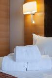 在床装饰的白色毛巾在卧室内部 毛巾在旅馆客房,受欢迎的客人,客房服务 库存图片