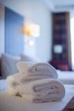 在床装饰的白色毛巾在卧室内部 毛巾在旅馆客房,受欢迎的客人,客房服务 免版税库存照片