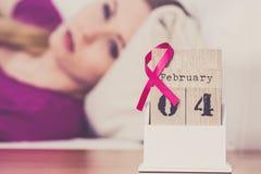 在床,世界在日历的乳腺癌天上的妇女 免版税库存照片