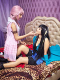 在床,肉欲的看看上的两个美丽的女孩彼此 免版税库存照片
