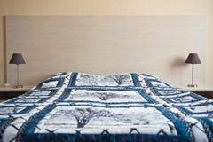 在床3034上的大温暖的毯子 免版税库存照片