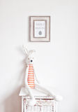 在床头柜上的兔宝宝 库存照片