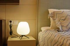 在床头柜的灯在卧室 图库摄影