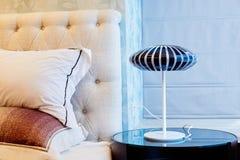 在床头柜的灯在卧室 免版税库存图片