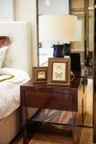在床头柜的灯在卧室 免版税库存照片
