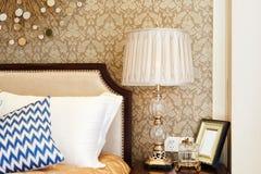 在床头柜的灯在卧室 库存照片