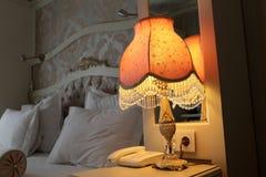 在床头柜的灯 免版税库存图片