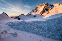 在库克山/Aoraki,新西兰/Aotearoa附近的雪崩 库存图片