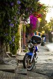 在库埃纳瓦卡街道上的老摩托车  免版税库存照片
