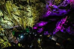 在库塔伊西, 2015年7月11日的乔治亚附近的Sataplia洞 它是其中一与s的许多惊人的例子的乔治亚` s自然奇迹 图库摄影