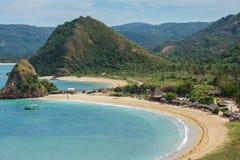 在库塔沙子海滩,龙目岛的热带手段 免版税库存照片