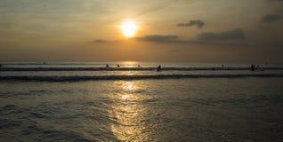 在库塔海滩,巴厘岛印度尼西亚的日落 免版税图库摄影